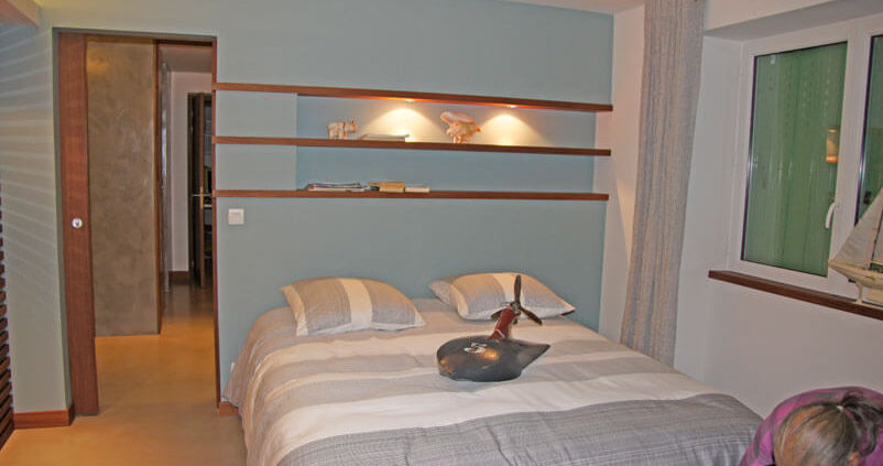 Chambre avec étagères - Menuiserie Agencement Général 44 à Nantes (44)