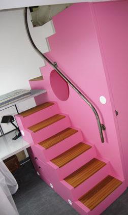 Escalier rose en bois avec rampe en métal - Menuiserie Agencement Général 44 à Nantes (44)