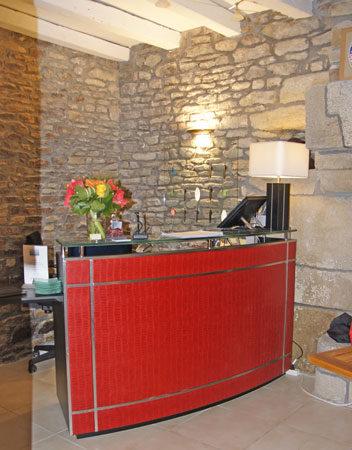 Comptoir d'accueil rouge - Menuiserie Agencement Général 44 à Nantes (44)