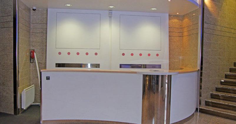 Comptoir d'accueil en bois et métal blanc - Menuiserie Agencement Général 44 à Nantes (44)